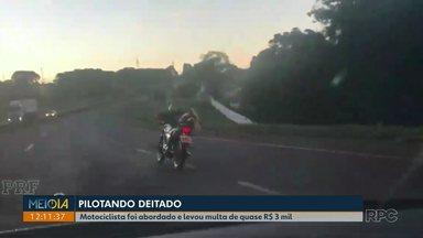 Motociclista é flagrado pilotando a moto deitado na BR-467 - O rapaz foi abordado pela polícia rodoviária e multado em R$ 3 mil.