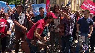 Confira a apresentação de um dos grupos musicais mais antigos da cidade de Porto Alegre - Eles tocaram na Praça da Alfândega, no centro da cidade.