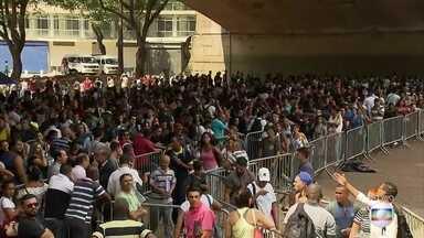 Desempregados enfrentam fila por 6 mil vagas de emprego em SP - A promessa de 6 mil vagas de emprego levou um batalhão de desempregados para o centro de São Paulo na manhã desta terça-feira (26).