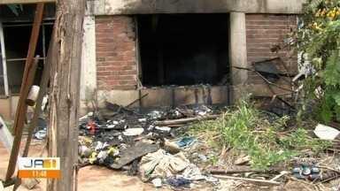 Indústria de transformadores é destruída por incêndio, em Aparecida de Goiânia - O incêndio começou na madrugada desta terça-feira (26), numa indústria de transformadores na Rua Cuiabá, no Jardim das Esmeraldas. Equipes do Corpo de Bombeiros controlaram o fogo no local.
