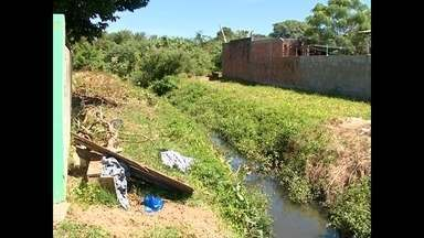 Terrenos baldios acumulam sujeira e incomodam vizinhos - Terrenos abandonados em Santa Maria causam problemas para vizinhos, que não conseguem identificar os proprietários para pedir providências.