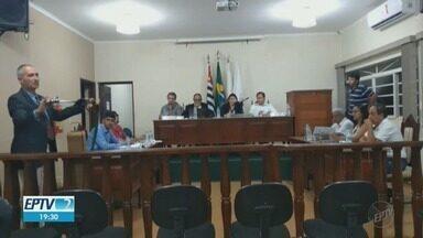 Vereador leva espada ao plenário e sessão na Câmara vira caso de polícia em Jeriquara, SP - Presidente da Casa de Leis, Cíntia de Paula Costa (PSB) diz que parlamentar alega falta de decoro.