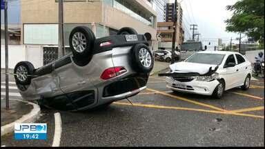 JPB2JP: Vereadora Helena Holanda sofre acidente de carro em João Pessoa - Estava dirigindo carro que capotou após batida.