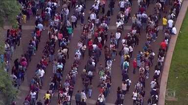 Mutirão por emprego forma fila gigante no centro de São Paulo - Evento oferece 6 mil vagas e atraiu 15 mil candidatos.