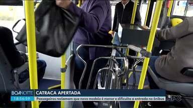 Passageiros reclamam que novo modelo de catraca é menor e dificulta a entrada no ônibus - Em ônibus novos, a catraca é mais pesada e mais estreita.