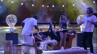 Sisters deitam em Gabriela no sofá da festa - Sisters ficam sobre Gabriela