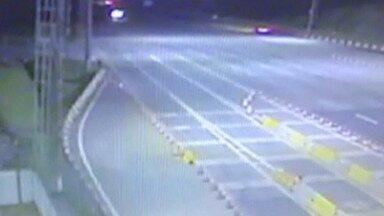 Cabines de pedágio da rodovia Ayrton Senna em Guararema são assaltadas - Um suspeito foi preso em flagrante e a polícia ainda procura pelo outro.