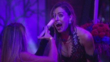 Observada por Gabriela, Hariany dá bebida na boca de Paula - Sister dá bebida para Paula