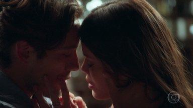 Daniel traz Cris de volta ao presente - Os dois se emocionam com o primeiro encontro nesta vida e se beijam apaixonados. Vicente, Margot e Albertina observam