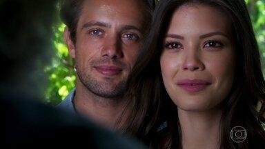 Cris e Daniel encontram André no casarão - Todos ficam emocionados com o encontro