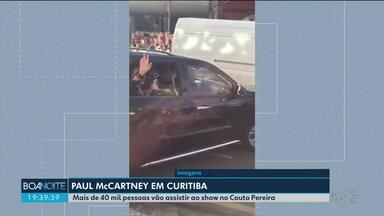 Paul McCartney acena para fãs ao deixar hotel em Curitiba - O cantor se apresenta no Couto Pereira.