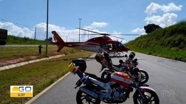 Carro capota e deixa quatro feridos na GO-020, em Senador Canedo - Corpo de Bombeiros usou o helicóptero da corporação para resgatar os feridos.