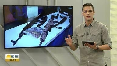 Policiais enfrentam criminosos com fuzis em Vitória - Suspeitos estavam com armamento pesado.