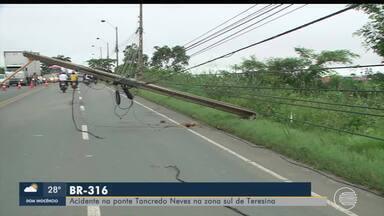 Carro colide em poste na ponte Tancredo Neves - Carro colide em poste na ponte Tancredo Neves
