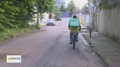 No Acre, jovem dribla a crise e faz entregas usando a bicicleta - Jovem atua como entregador de aplicativo.
