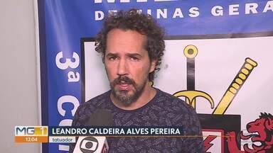 Após denúncia anônima, tatuador foi preso em Lagoa Santa - Está preso, em Lagoa Santa, o tatuador Leandro Caldeira Alves Pereira, que era considerado foragido pela polícia, foi preso ontem, em um condomínio da cidade, depois de uma denúncia anônima.