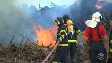 Incêndio no Geresol de Jundiaí assusta moradores da região - Um incêndio no Centro de Gerenciamento de Resíduos Sólidos (Geresol) de Jundiaí (SP) também assustou os moradores da região no sábado (30). Só neste ano já é a terceira ocorrência no local.