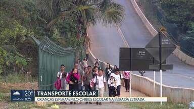 Crianças esperam ônibus escolar na beira da rodovia - Estudantes que moram em Águas Lindas esperam o transporte escolar na beira da DF-533, na divisa do DF (Brazlândia) com Goiás, sem estrutura nenhuma.