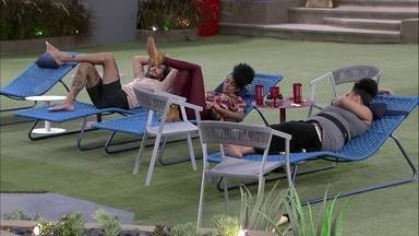 Rízia, Gabriela e Alan ficam deitados em silêncio - Brother fica deitado ao aldo de sisters no jardim