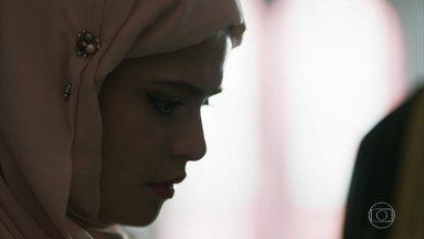 A contragosto, Elias assina o contrato de casamento de Aziz - Laila se converte à fé islâmica para poder se casar com o sheik