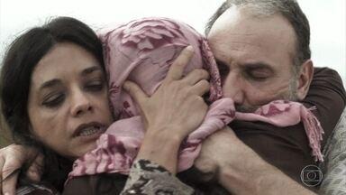 Laila reencontra Missade e Elias - Após o enterro de Kháled, Elias pede que Hussein pare de segui-los. A família decide fugir imediatamente