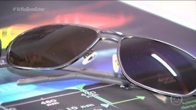 Óculos de sol têm validade? - Segundo o técnico, o material que protege os olhos dos raios não se desgasta com o tempo. O importante é cuidar das lentes para elas durarem mais. Nada de deixar os óculos dentro do carro, em temperaturas altas e precisa limpar direitinho.