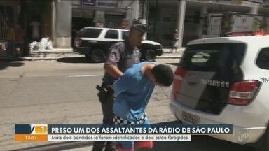 Polícia prende um dos suspeitos de assaltar rádio em São Paulo - Crime ocorreu enquanto a rádio transmitia um programa ao vivo pelas redes sociais. Outros dois suspeitos foram identificados pela Polícia. mas seguem foragidos.