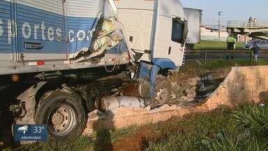 Caminhão bate em canteiro central da rodovia Anhanguera em Ribeirão Preto, SP - Motorista perdeu o controle e bateu na mureta e proteção.