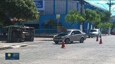 Caminhão de pequeno porte capota em acidente com carro no ES - Acidente aconteceu na manhã desta sexta-feira (5).