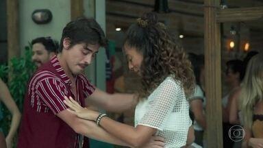 Anderson faz sucesso entre as meninas no pagode de Getúlio e Brigitte - Érico se incomoda com a atenção que Jade dá ao dançarino. Gabriela e Rafael chegam à festa