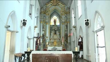 Igreja secular é interditada no centro de São Luís - Igreja de Santo Antônio foi interditada depois que um pedaço do forro da gruta de Nossa Senhora de Lourdes desabou, no interior da igreja.