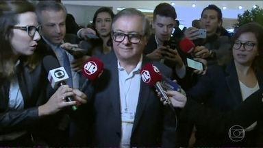 """Bolsonaro sinaliza que vai demitir Ricardo Vélez da Educação - Em uma conversa com jornalistas, nesta sexta (5), o presidente disse que a gestão de Vélez """"não está dando certo""""."""