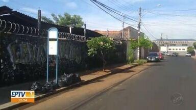 Prefeitura retira entulho da Rua Padre Euclides em Ribeirão Preto, SP - Trecho da calçada estava tomado por galhos e sujeira.