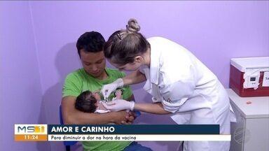 Técnica ajuda na hora de vacinar crianças - No Hospital Universitário de Dourados a vacinação é feita durante a amamentação das crianças.