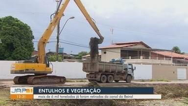 """Mais de seis toneladas de entulhos e lixo são retirados de canal, na Zona Sul de Macapá - Ação realizada na sexta-feira (5), no Canal do Beirol, faz parte do """"Plano de Inverno""""."""