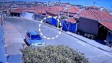 Menino de dois anos foge de creche e passa por vias movimentadas até chegar em casa - Em imagens impressionantes, menino de apenas dois anos escapa de creche no interior de São Paulo, passa por várias ruas movimentadas e cheias de carro até chegar, sozinho, em casa. Veja as imagens captadas por câmeras de segurança.
