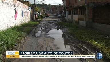 Moradores reclamam de lama que toma conta de rua em Alto de Coutos - Segundo os moradores, nos dias de chuva a água com lama chega a um metro de altura.