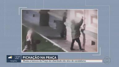 Ações de vandalismo são flagradas na Praça da Liberdade, cartão-postal de BH - Dois homens e um adolescente foram detidos após pichações.