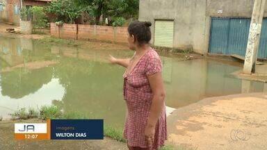 Lagoa se forma em meio a residências e moradores precisam improvisar passagem - Lagoa se forma em meio a residências e moradores precisam improvisar passagem