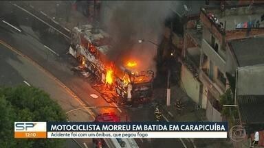 Uma pessoa morreu em batida entre ônibus e moto em Carapicuíba - Fiação também pegou fogo, Enel disse que trabalha pra restabelecer a energia.