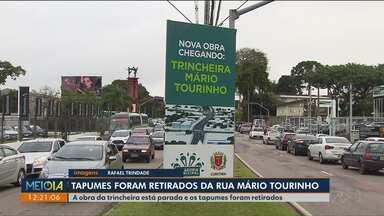 Tapumes são retirados da Rua Mário Tourinho e obra ainda não começou - A Rua Mário Tourinho estava com uma pista bloqueada desde o dia 9 de janeiro. A obra não começou e os tapumes já foram retirados.