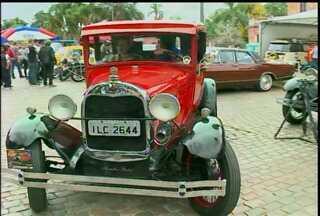 Encontro de carros antigos reúne veículos de todo o estado e de outras regiões do país - O evento aconteceu no fim de semana, no largo do centro administrativo, em Bagé, RS.