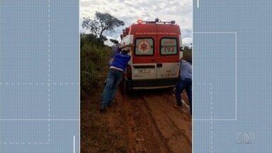 Ambulância atola a 60 quilômetros do atendimento médico, na GO-474 - Equipe médica saiu de Silvânia para socorrer um homem na região do Lago Corumbá e atolou na GO-474.