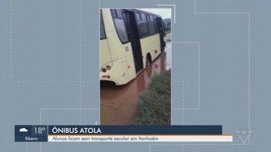 Ônibus atola e alunos ficam sem transporte público em Itanhaém - Uma grande poça de água na estrada fez com que veículo atolasse e alunos precisaram descer do veículo.