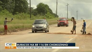 Buracos na BR-116, em Chorozinho, deixam o trecho ainda mais perigoso - Confira outras notícias no g1.com.br/ce