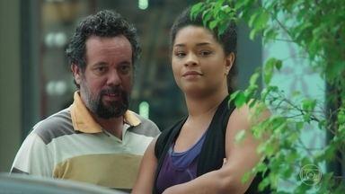 Rian e Lorrane planejam sequestrar Mel - Os dois observam a menina do lado de fora do Le Kebek