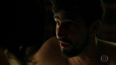 Jamil e Laila marcam um encontro no Brasil - Ele entrega um papel com o telefone e o endereço de onde vai ficar