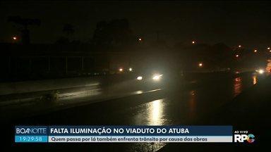 Viaduto do Atuba está sem iluminação - Motoristas e pedestres que circulam por lá reclamam da escuridão.