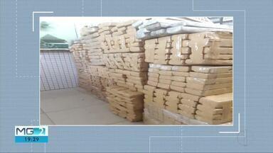 Homem que conduzia picape com 700 kg de maconha é preso em flagrante em Caratinga - Droga estava em dividida em 517 barras dentro da picape; PM faz buscas por outros carregamentos de droga.