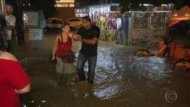 Temporal no início da noite paralisa o Rio de Janeiro - Os bairros mais atingidos pela chuva inicialmente foram os da Zona Sul do Rio. A água invadiu prédios e o Rio Maracanã transbordou na Zona Norte.